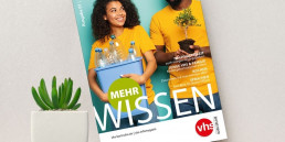 Erste Ausgabe des vhs Infomagazins 2021. Das Magazin steht auf einem Tisch neben einer Topfpflanze. Das Titelbild zeigt den Titel